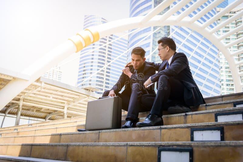 Fall triste y frustrado de la sensación del hombre de negocios de dos asiáticos del trastorno en vida fotos de archivo