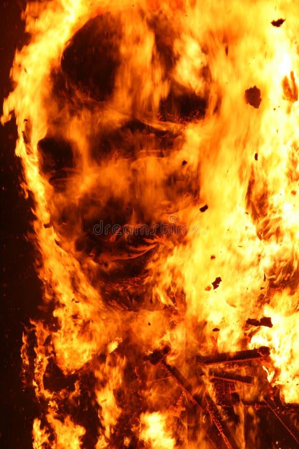 Falla brandend beeldhouwwerk met menselijk gezicht gelijkaardig van ninotbrandwond stock fotografie