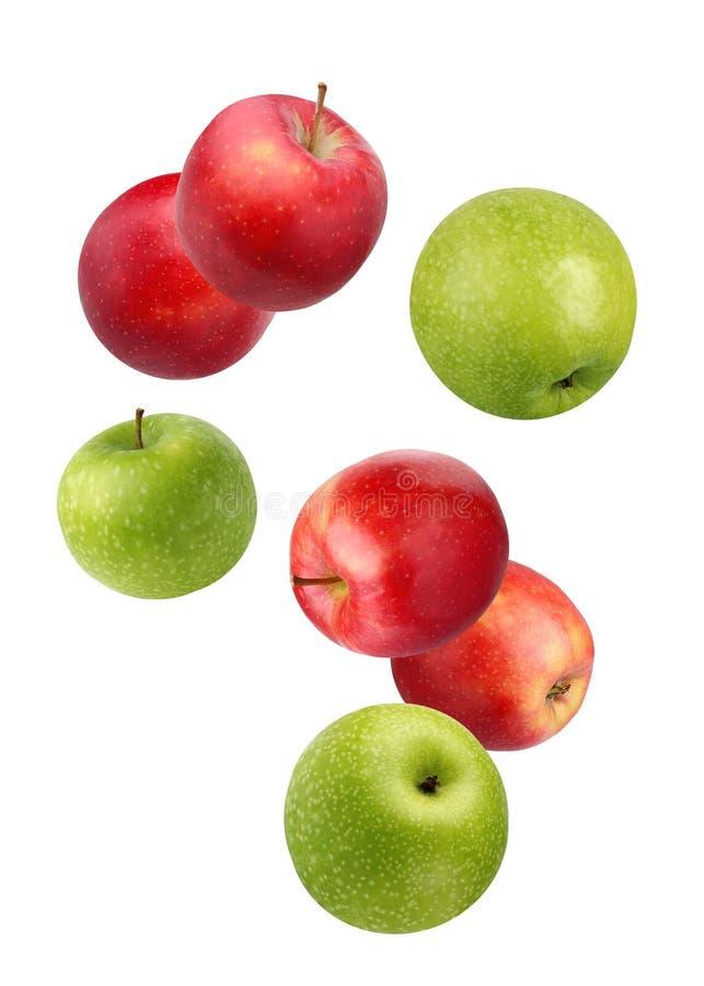 Falla röda och gröna äpplen som isoleras på vit arkivfoton