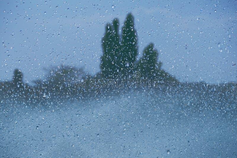 Fallande droppar av en springbrunn arkivfoton