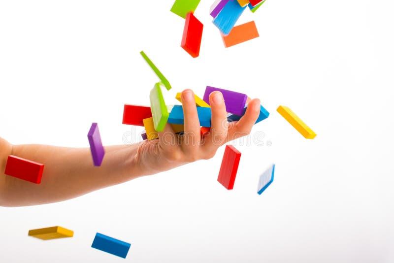 Fallande färgrik dominobricka arkivfoto