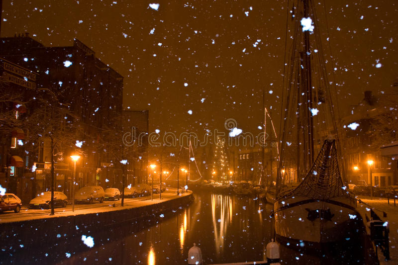 fallande groningen för stad snow arkivfoto