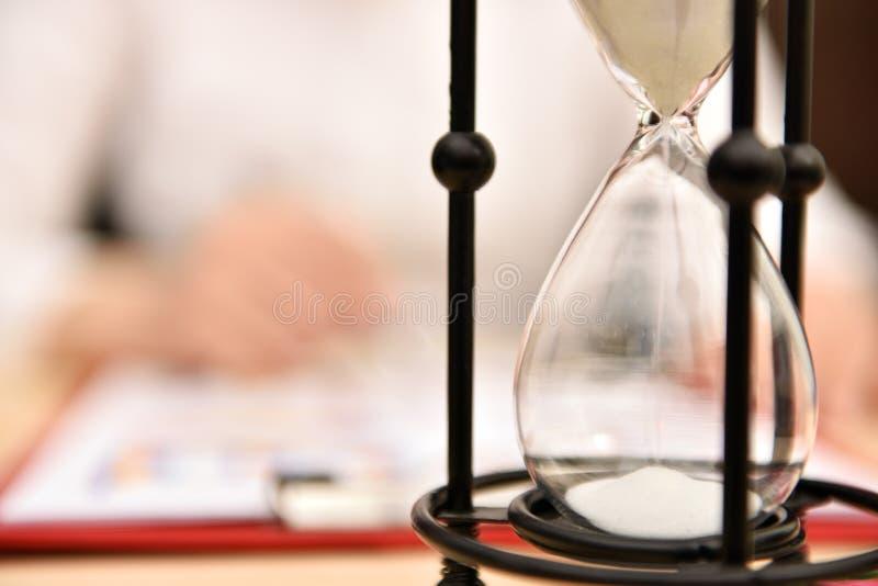 Fallande inre timglas för sand royaltyfri foto
