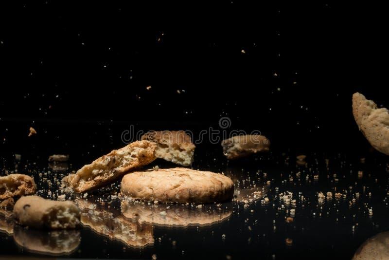 Fallande kakor på svart bakgrund arkivbild