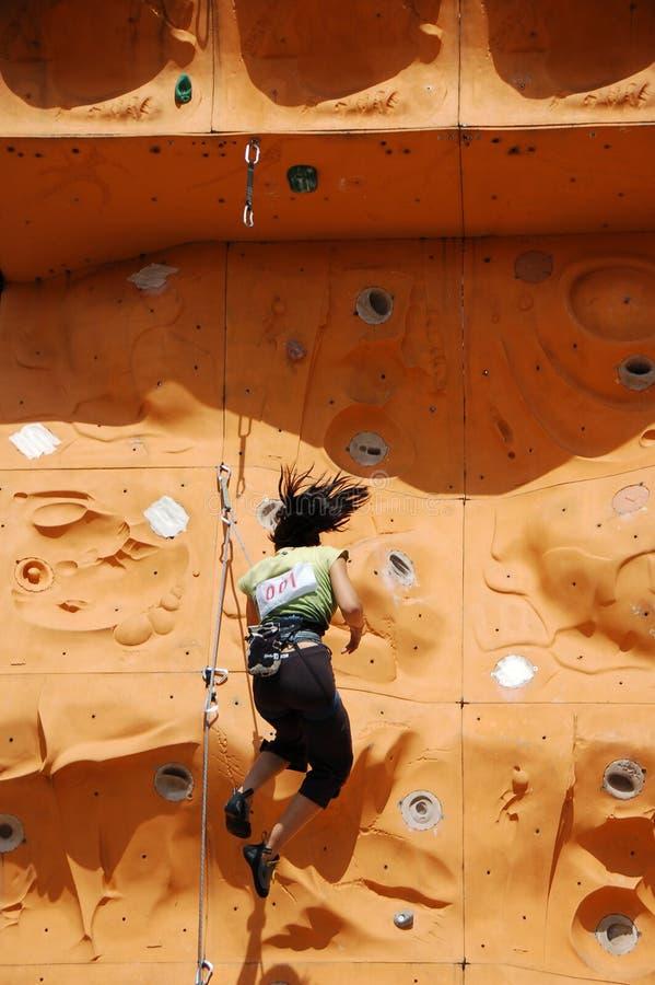 fallande ladyrock för klättrare royaltyfri bild