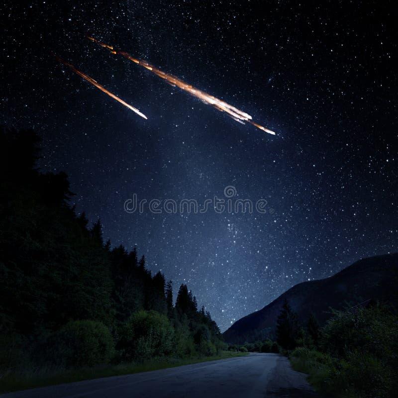 Fallande meteorit, asteroid, komet på jord Beståndsdelar av denna im royaltyfria foton