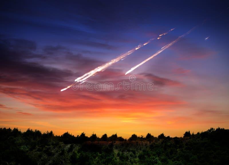 Fallande meteorit, asteroid, komet på jord Beståndsdelar av denna im royaltyfria bilder