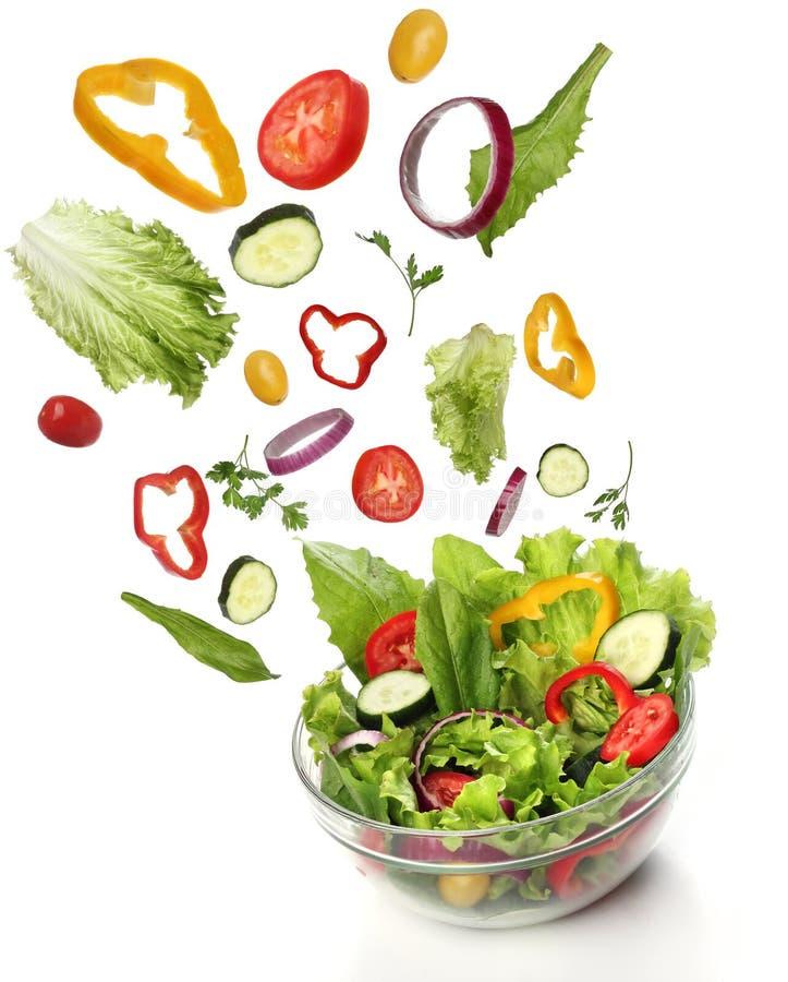 Fallande nya grönsaker. Sund sallad