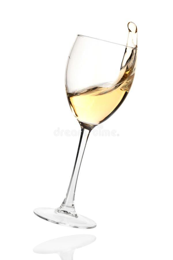 fallande plaska vit wine för exponeringsglas arkivfoto