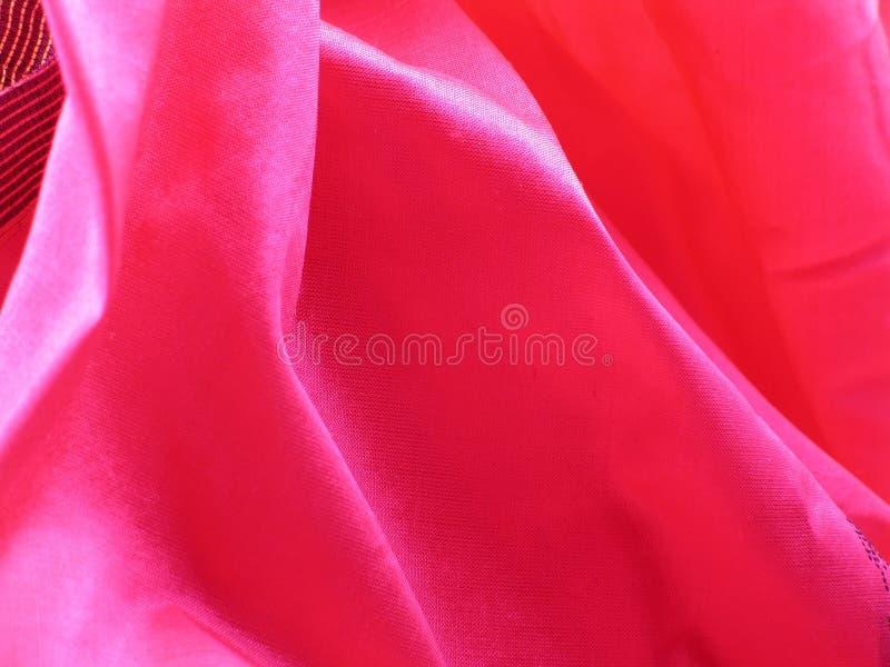 fallande rosa rå silk för veck arkivbilder