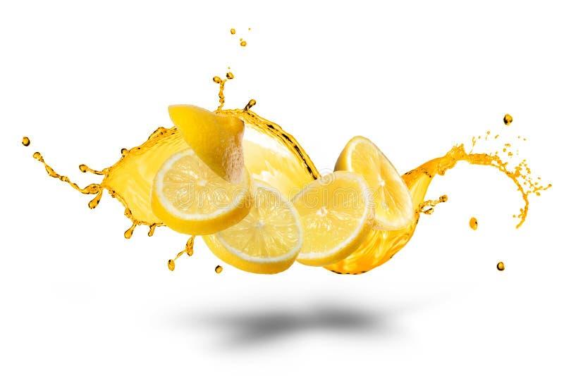 Fallande skivor av citronen med isolerad fruktsaftfärgstänk arkivfoto