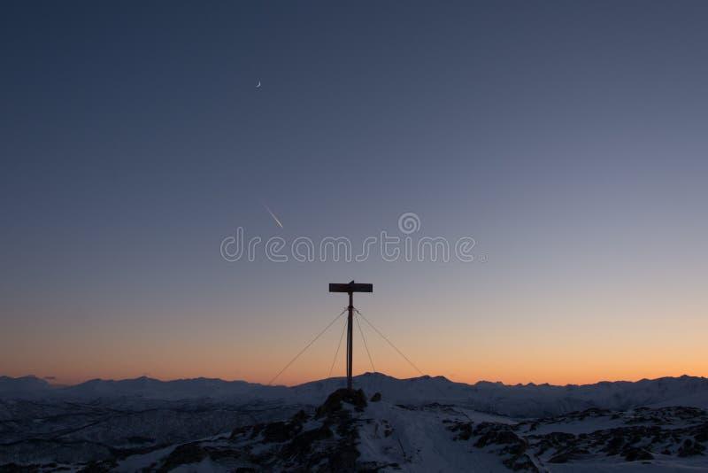 Fallande stjärna, månen och överkanten arkivfoton