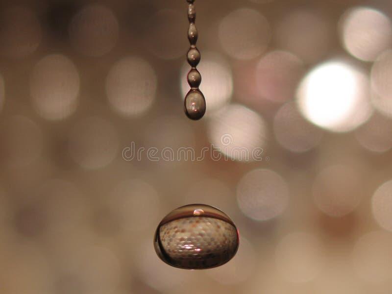 fallande vatten för droppar arkivbilder