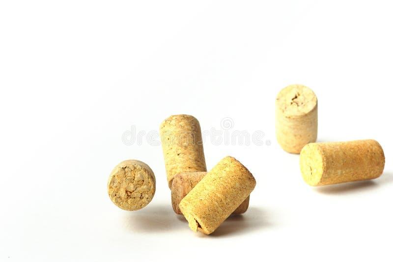 Fallande vinkapsyler p? en vit bakgrund royaltyfri bild
