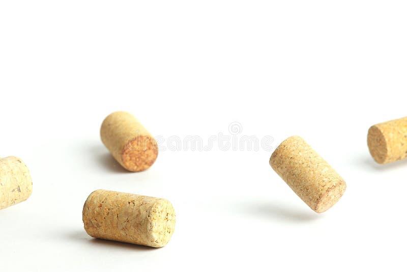 Fallande vinkapsyler p? en vit bakgrund fotografering för bildbyråer