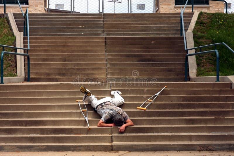 Fallen auf Treppen stockbilder