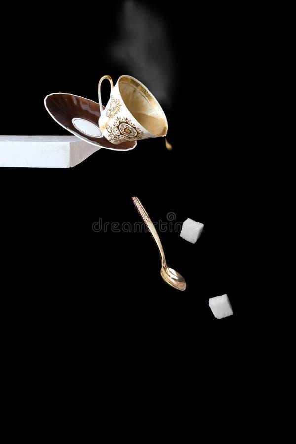 Fallen eines Tasse Kaffees lizenzfreie stockfotos