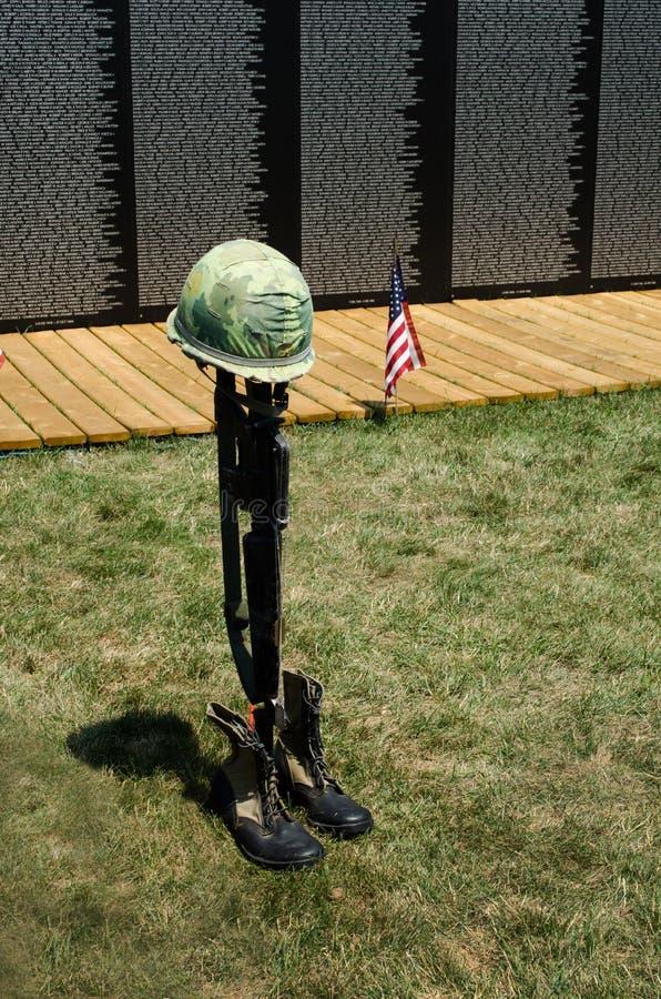 fallen soldatsymbolvägg fotografering för bildbyråer