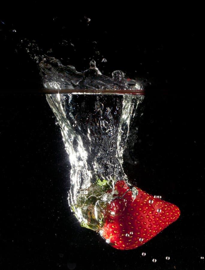 Fallende Erdbeeren stockbild