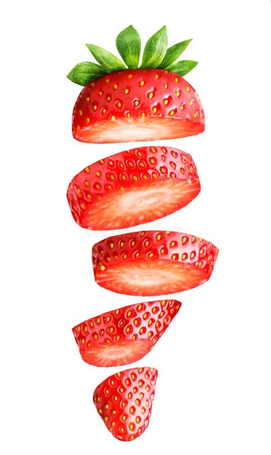 Fallende geschnittene Erdbeere lokalisiert auf Weiß stockfotos