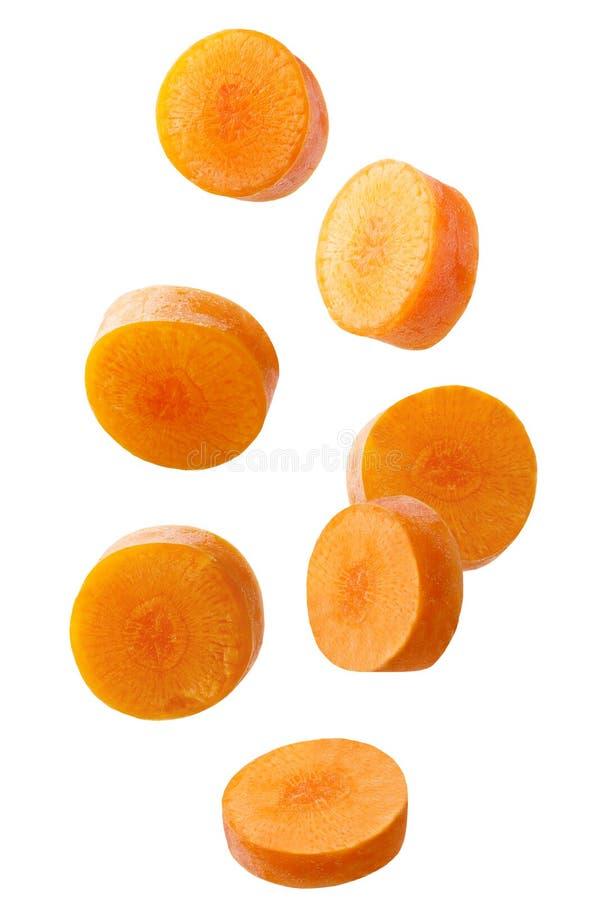 Fallende geschnittene Karotte lokalisiert auf Weiß lizenzfreie stockfotos