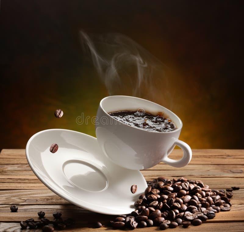 Fallende Kaffeetasse stockbild