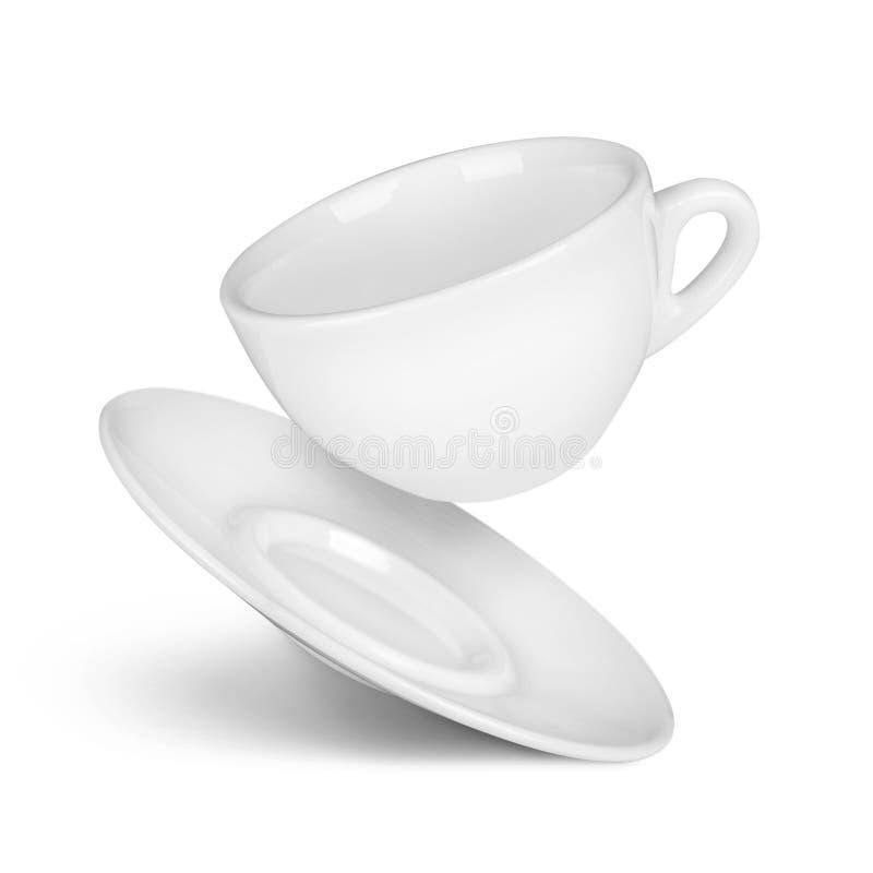 Fallende Kaffeetasse und Saucer stockfotos