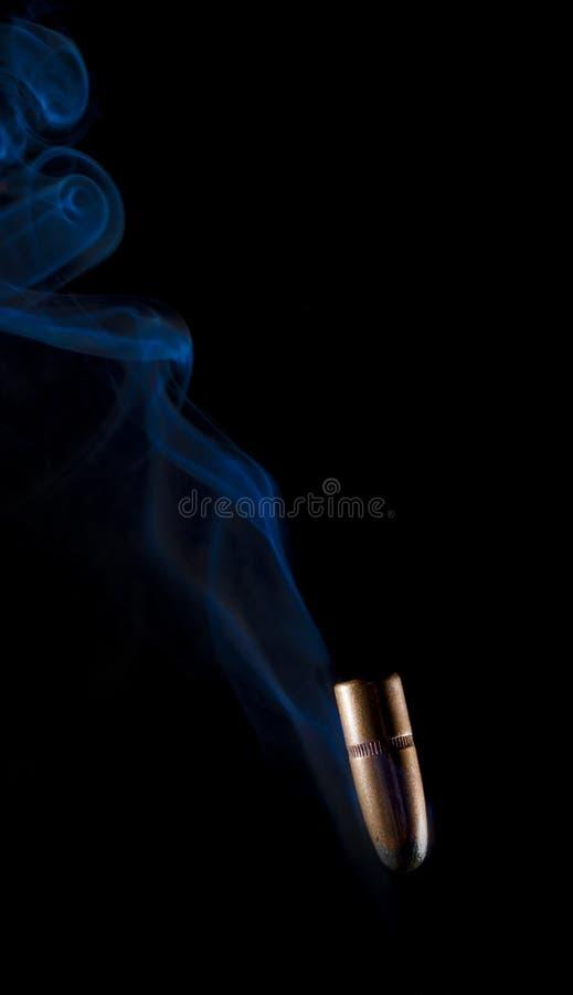 Fallende Kugel mit Rauche lizenzfreie stockfotos