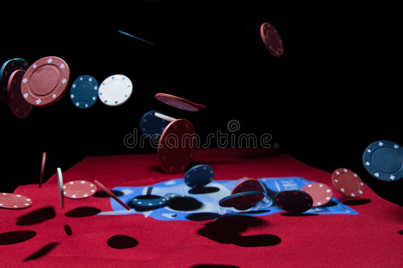 Fallende Pokerchips lizenzfreies stockfoto