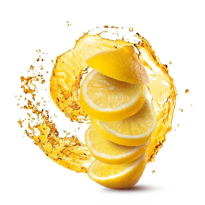 Fallende Scheiben der Zitrone gegen das Saftspritzen lokalisiert auf Weiß stockfotografie