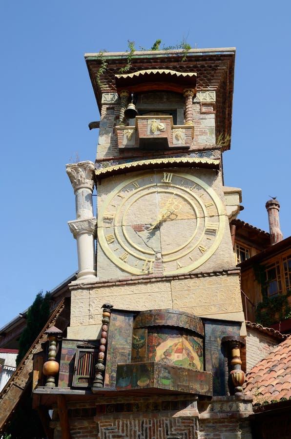 Fallender Glockenturm in altem Bezirk Sololaki von Tiflis, Georgia stockfoto