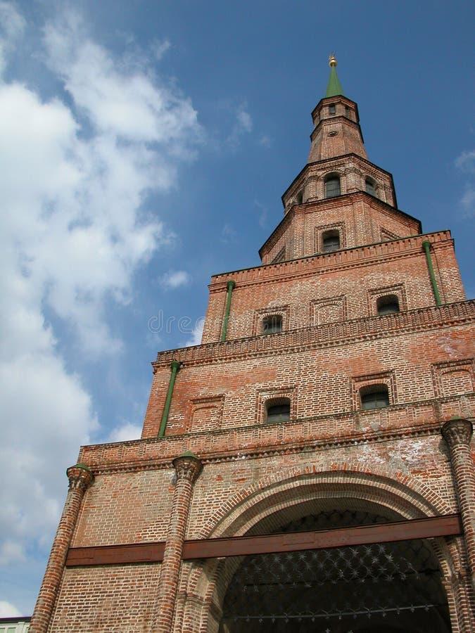 Fallender Kontrollturm Suumbike. Minarett einer alten Moschee. pic1 stockbild