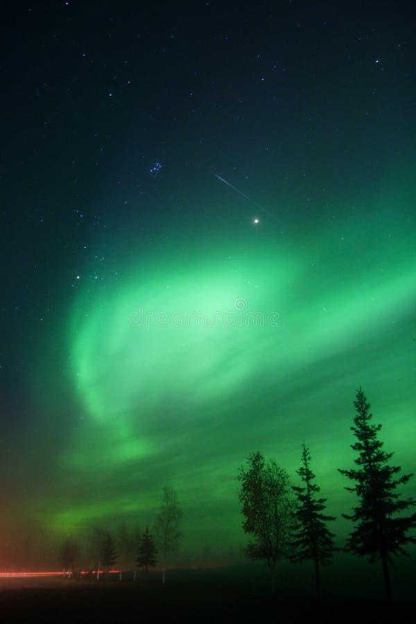 Fallender Stern + Aurora Borealis + Pleyades = Glück stockfotografie