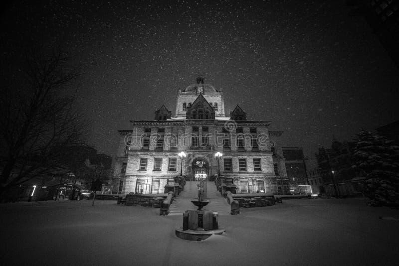 Fallender Winterschnee das alte historische Gericht in Lexington, Kentucky stockfotografie