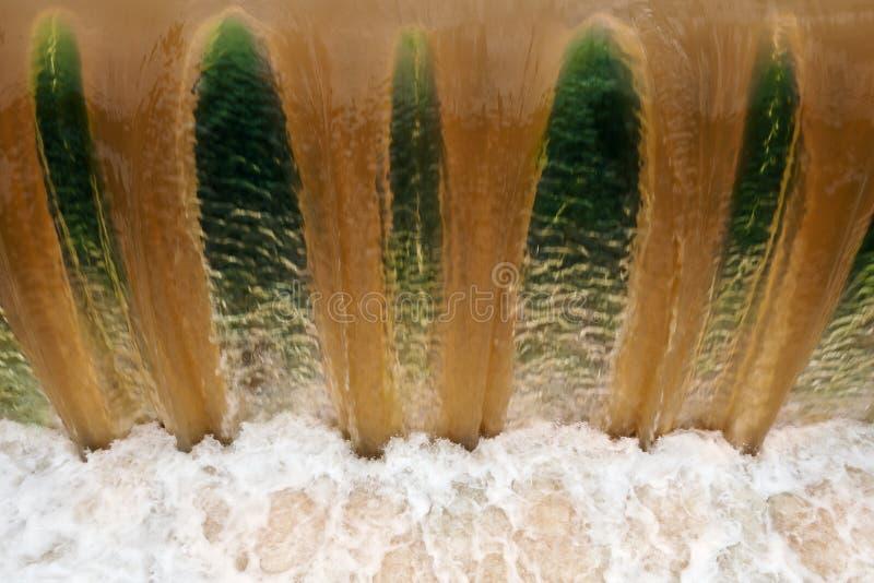 Fallendes Schmutzwasser an einem Wehr lizenzfreies stockfoto