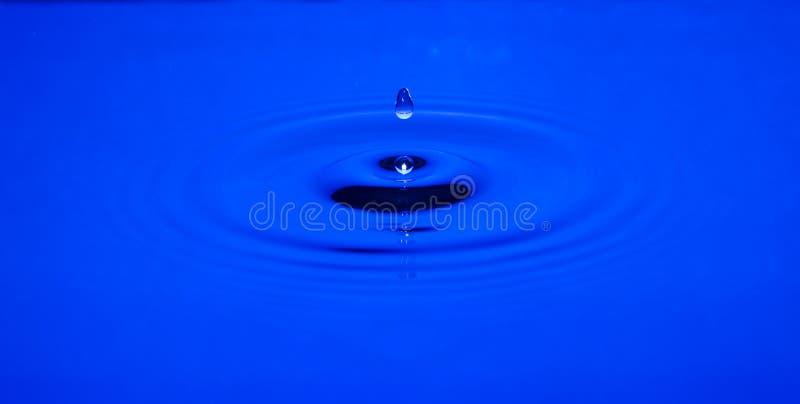 Fallendes waterdrop lizenzfreies stockfoto