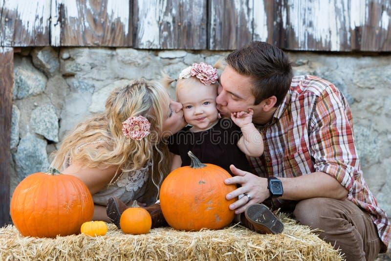 Fallfamilie lizenzfreie stockbilder