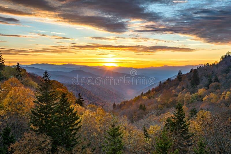 Fallfarben, szenischer Sonnenaufgang, große rauchige Berge stockfotos