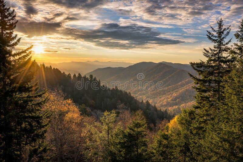 Fallfarben, szenischer Sonnenaufgang, große rauchige Berge lizenzfreie stockbilder