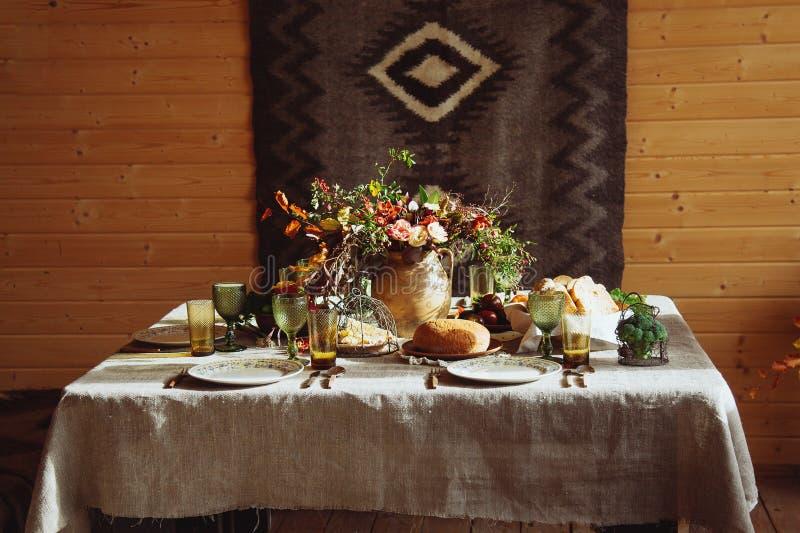 Fallfeiertags-Tischschmuckeinstellung auf Holztisch Rustikale Art stockfotos