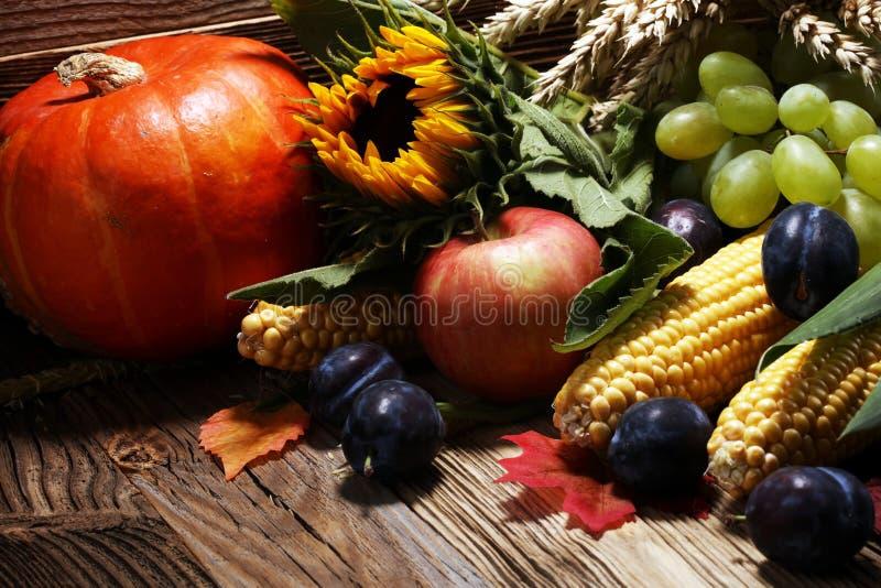 Fallfrucht auf Holz Fallobst und gemüse -auf Holz Danke lizenzfreies stockfoto