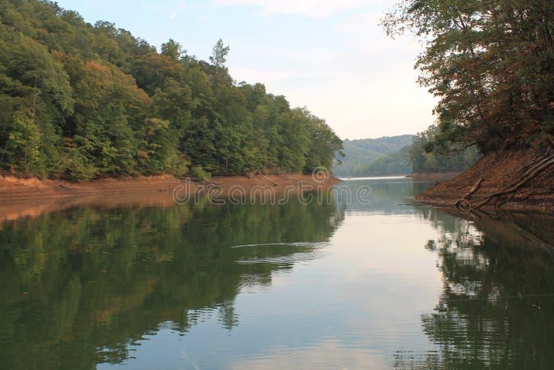 Falllövverkgrönska reflekterad på Tennessee laken arkivbilder