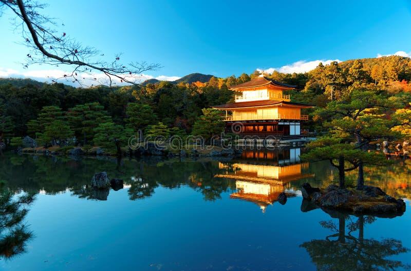 Falllandschaft von Kinkakuji, ein berühmter Zen Buddhist-Tempel in Kyoto Japan lizenzfreie stockbilder