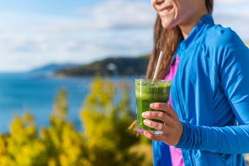Fallnaturfrau im Freien, die grünen Smoothie trinkt stockfotos