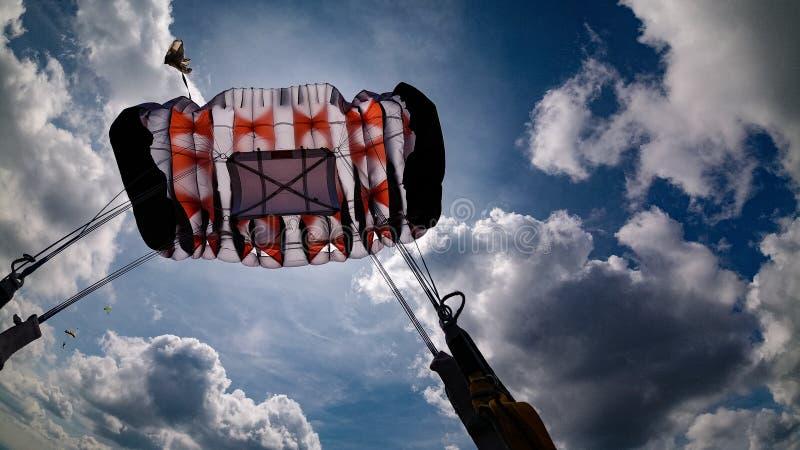 Fallschirmöffnung im schönen Himmel stockbild