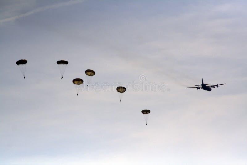 Fallschirmüberbrücker lizenzfreie stockfotos