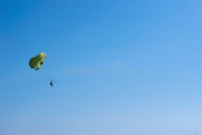 Fallschirm gebunden an einem Hoch stockfoto
