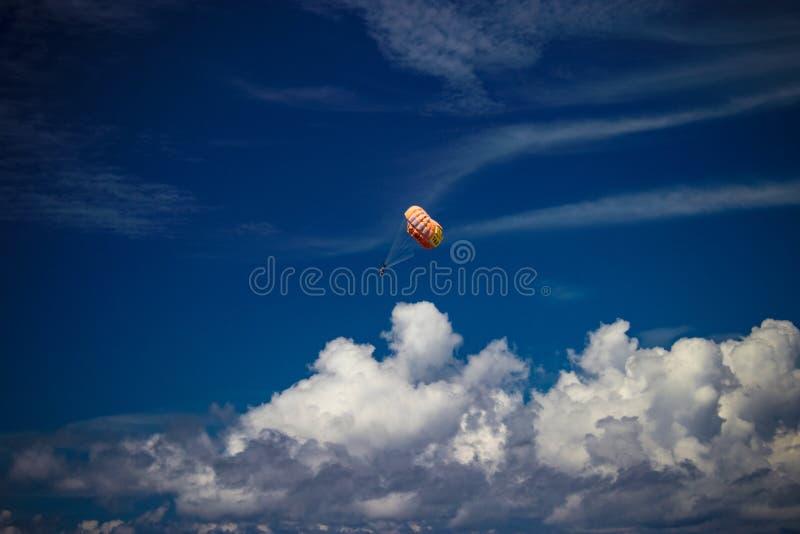 Fallschirm im Himmel lizenzfreies stockfoto