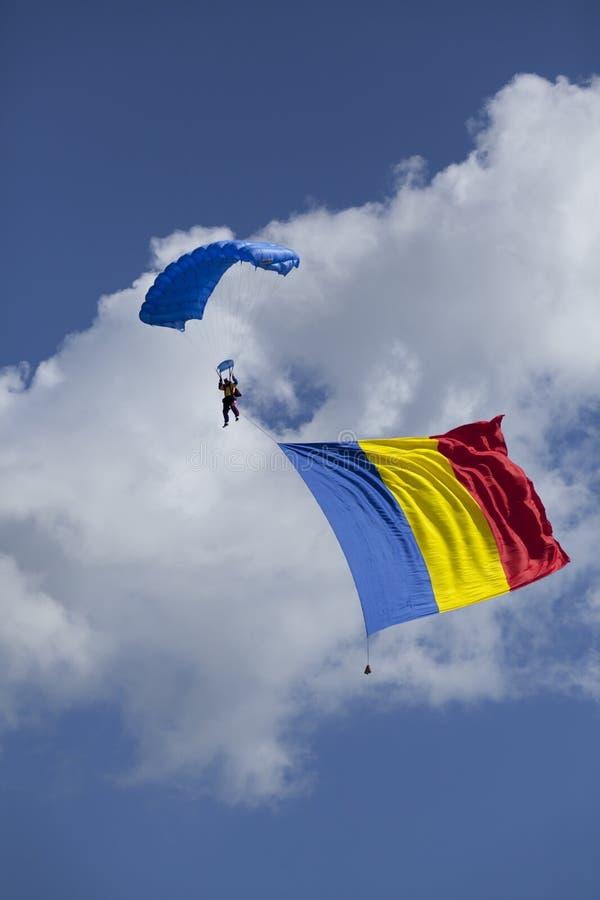 Fallschirm Skydiver mit rumänischer Flagge lizenzfreie stockbilder
