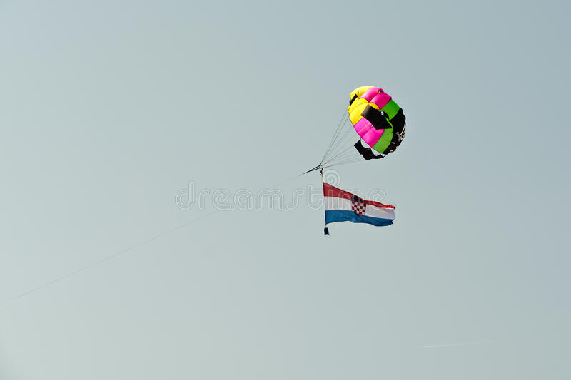 Fallschirm- und Kroat-Flagge stockbild